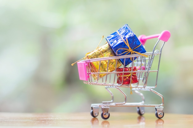 Um carrinho de compras cheio de decoração de natal