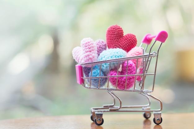 Um carrinho de compras cheio de formato de coração para o dia dos namorados ou conceito de casamento