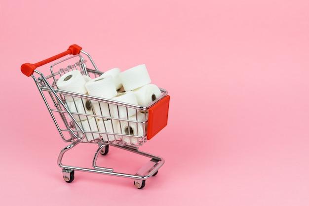 Um carrinho de compras cheio de papel higiênico. conceito covid-19. copie o espaço.