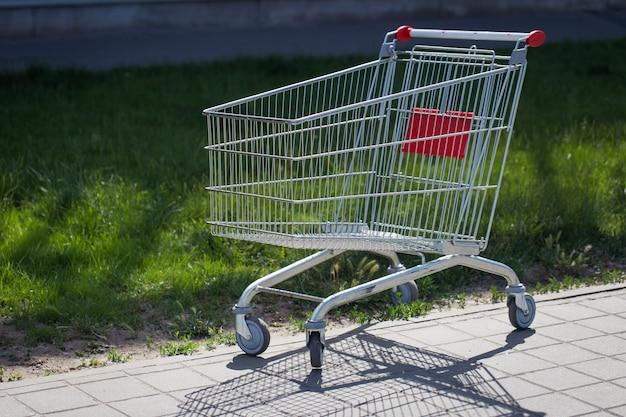 Um carrinho vazio para produtos perto do supermercado