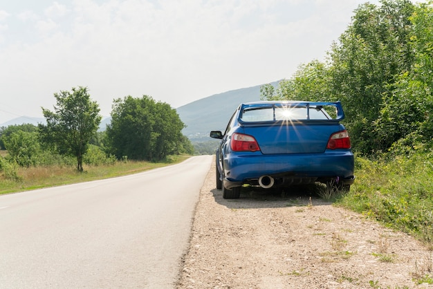 Um carro azul na estrada, viagem, viagem, viagem, viagem, viagem, viagem