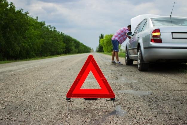 Um carro com um colapso ao longo da estrada
