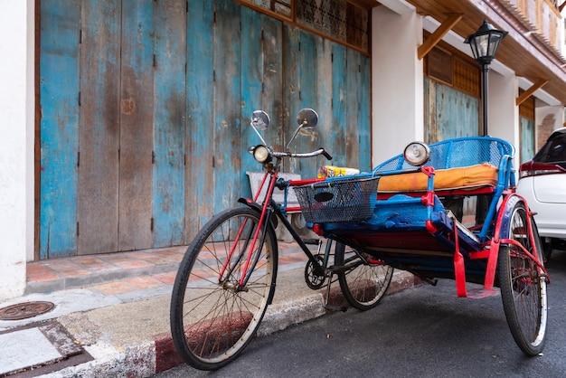Um carro de triciclo vintage usado para transportar pessoas ao redor da cidade de songkhla, tailândia