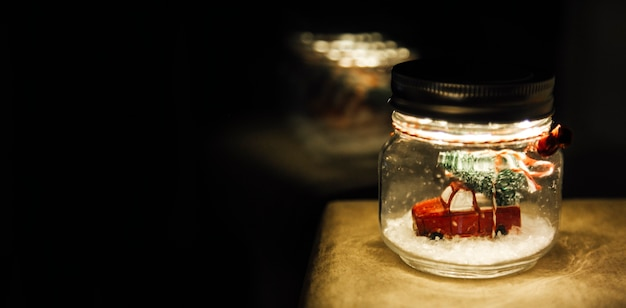 Um carro em uma bola de natal de vidro