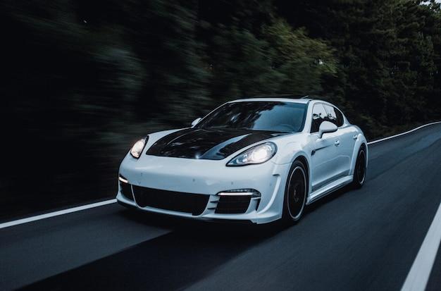 Um carro esporte com ajuste automático de preto e branco.