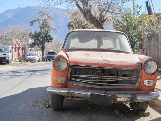 Um carro muito velho abandonado na rua