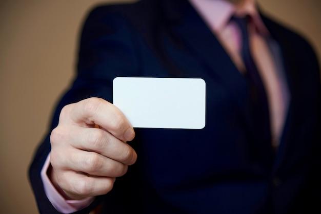 Um cartão branco em branco