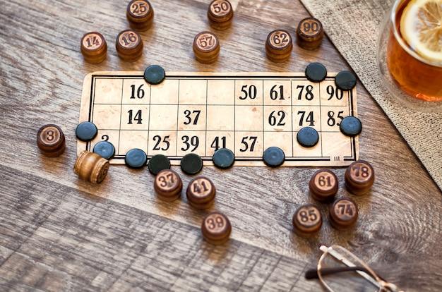 Um cartão com números para jogar lotto com barris