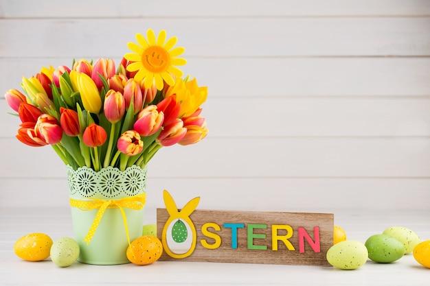 Um cartão de felicitações de primavera colorido com flores
