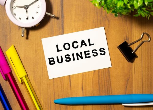 Um cartão de visita com o texto local business