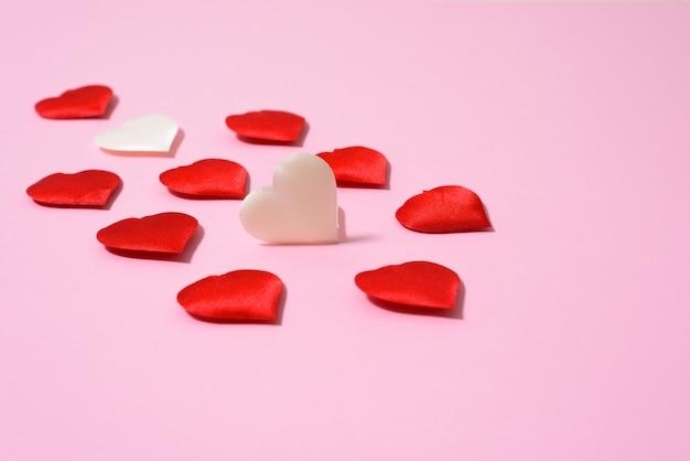 Um cartão em branco com corações para o dia dos namorados. layout para texto em um fundo rosa. para cumprimentos do dia dos namorados e declarações de amor