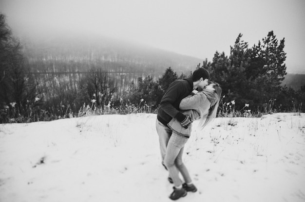 Um casal amoroso caminha no parque de neve boas férias de inverno