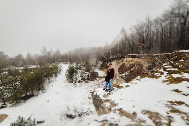 Um casal amoroso caminha no parque de neve nas férias de inverno