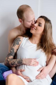 Um casal amoroso em antecipação do nascimento de uma criança.