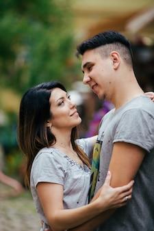 Um casal apaixonado caminha lentamente pelas ruas da cidade em uma manhã fria de outono.
