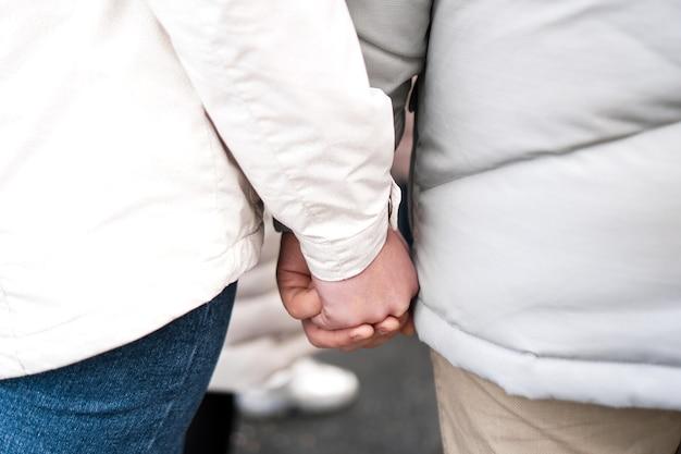 Um casal apaixonado, de mãos dadas. fechar-se