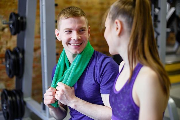 Um casal apaixonado descansa depois de um treino no ginásio