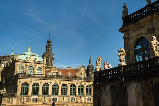 Um casal apaixonado em uma caminhada de casamento no famoso palácio barroco zwinger em dresden, saxônia, alemanha