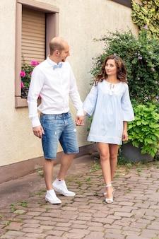 Um casal apaixonado está andando pela cidade. casal feliz. casamento. amor.