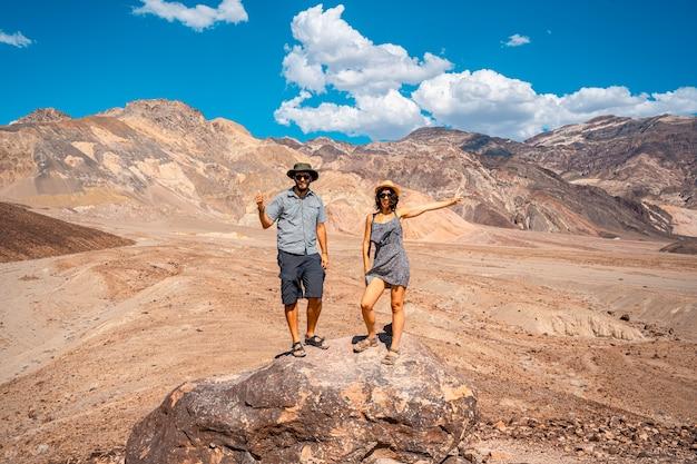 Um casal apreciando o caminho artist's drive em death valley, califórnia. estados unidos