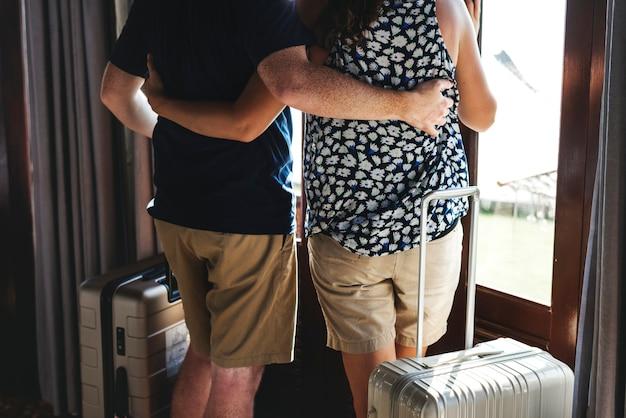 Um casal com bagagem