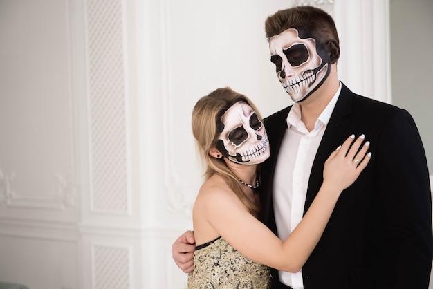 Um casal com esqueleto compensa o dia das bruxas ou o dia das almas