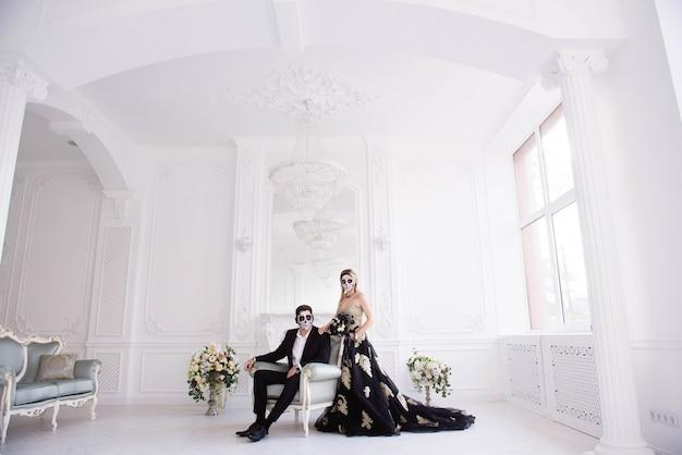 Um casal com esqueleto compensa o dia das bruxas ou o dia de todas as almas