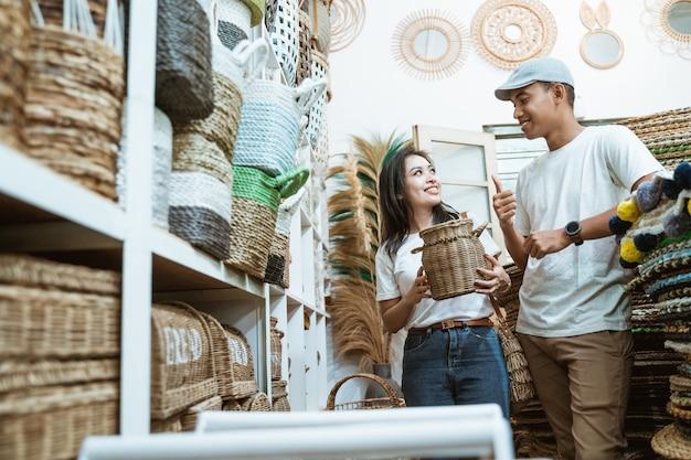 Um casal conversando ao selecionar artesanato entre itens de artesanato na galeria de artesanato