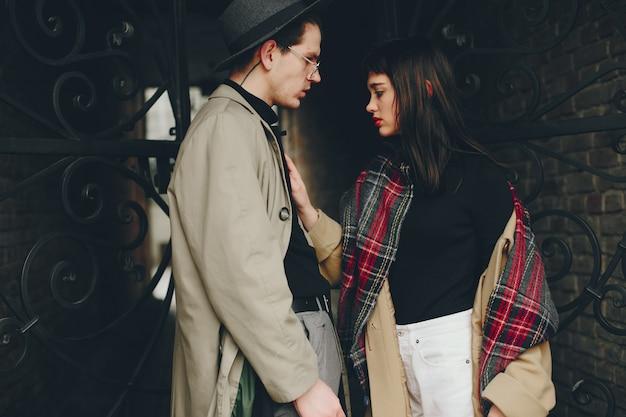 Um casal da moda em uma cidade sombria
