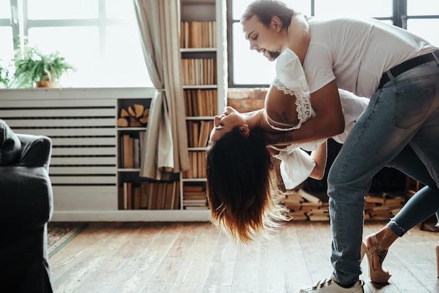 Um casal dançando romântico em casa