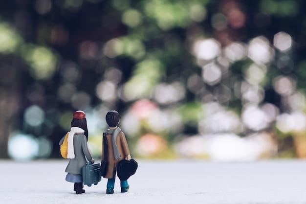 Um casal de amante viajante caminhando para explorar novas aventuras
