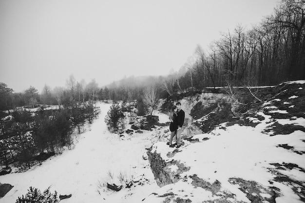 Um casal de amor romântico caminha no parque de neve.
