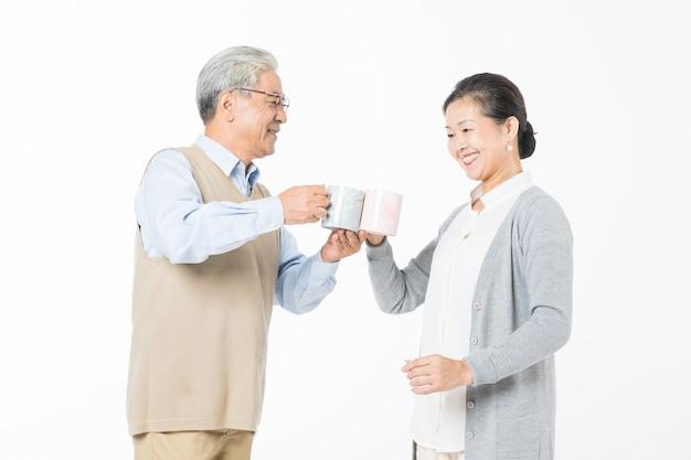 Um casal de idosos bebendo água