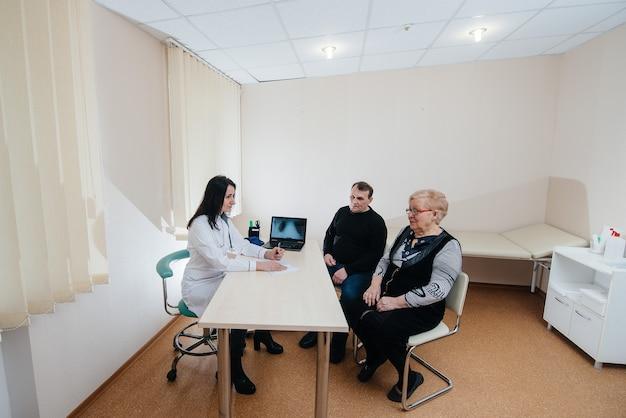 Um casal de idosos em consulta médica em um centro médico. medicina e saúde.