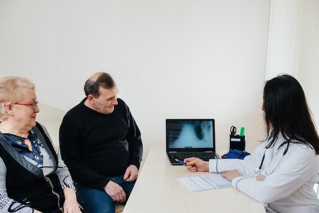 Um casal de idosos em uma consulta médica em um centro médico. medicina e saúde