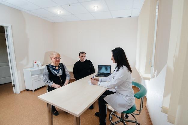 Um casal de idosos em uma consulta médica em um centro médico. medicina e saúde.