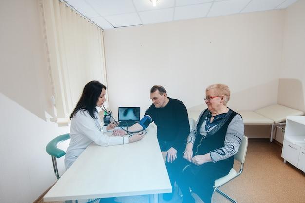 Um casal de idosos está realizando um exame médico em um centro médico. medicina e saúde.