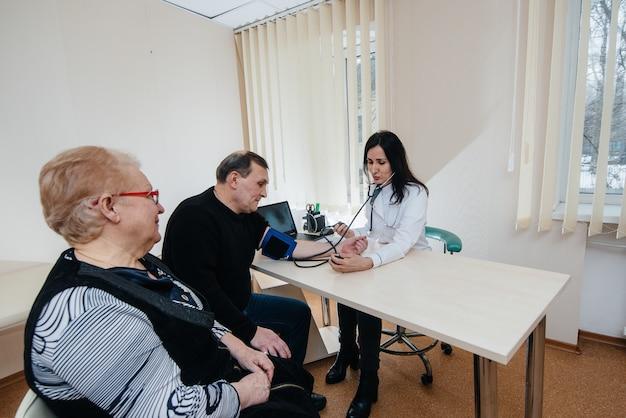 Um casal de idosos está realizando um exame médico em um centro médico