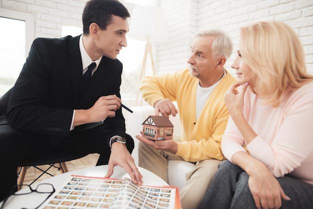 Um casal de idosos veio a uma consulta com um corretor de imóveis.