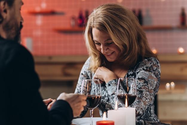 Um casal de meia idade tem uma noite romântica em um restaurante.