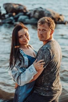 Um casal de namorados à beira-mar. romance no pôr do sol