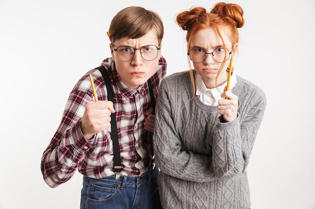 Um casal de nerds da escola apontando o lápis
