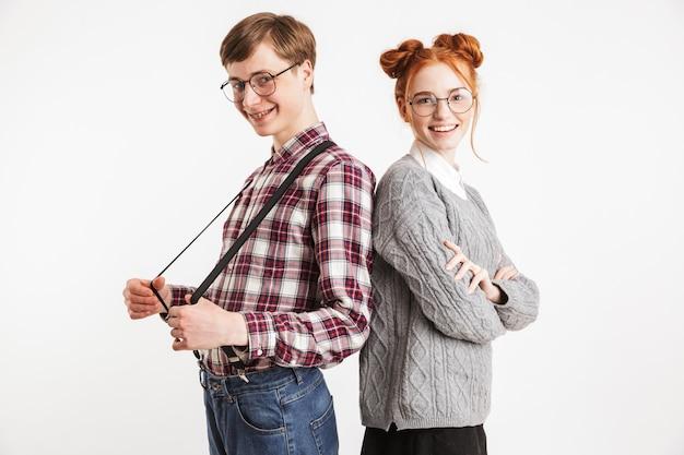 Um casal de nerds da escola sorrindo, costas contra costas