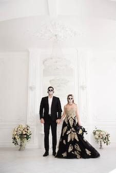 Um casal de noivos com esqueleto compensa o dia das bruxas ou o dia de finados