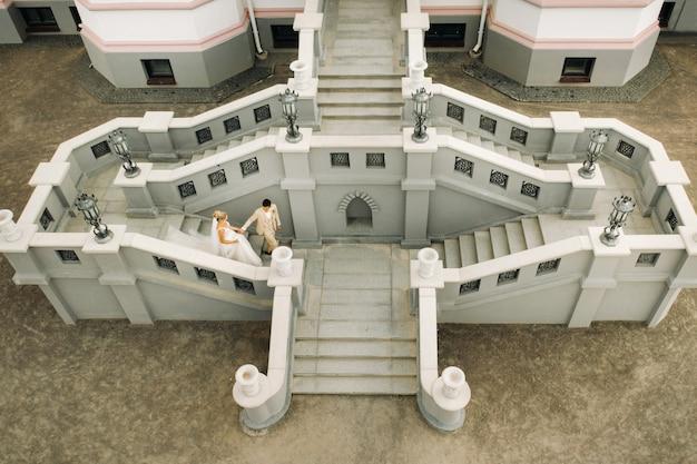 Um casal de noivos no palácio kossovsky na bielo-rússia. palácio puslovsky