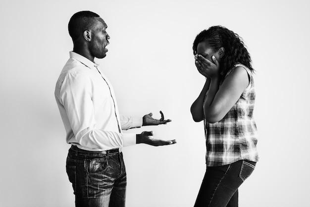 Um casal discutindo