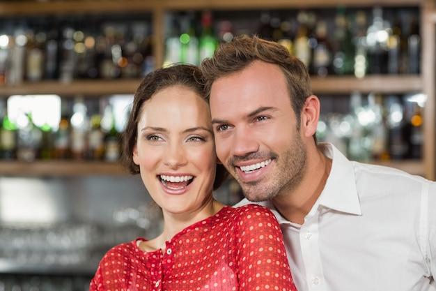 Um casal em um bar
