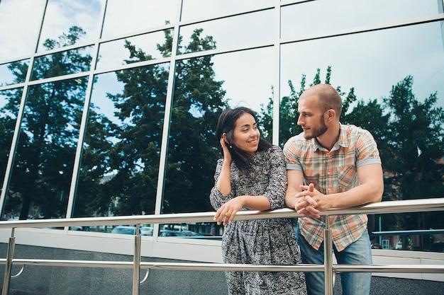 Um casal em um encontro na cidade um homem admira uma mulher em uma caminhada. dia da família, dia dos namorados