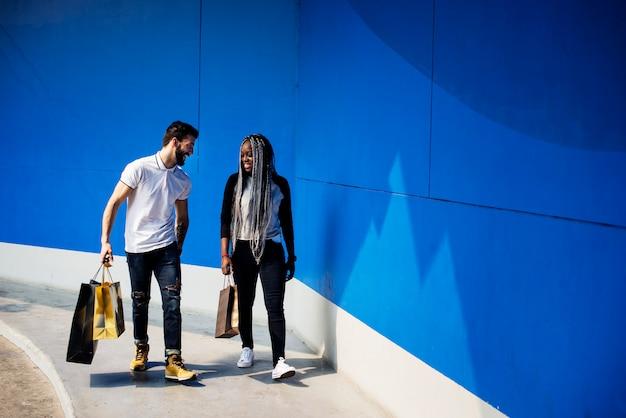 Um casal em uma viagem de compras