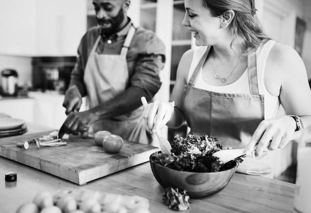 Um casal está cozinhando na cozinha